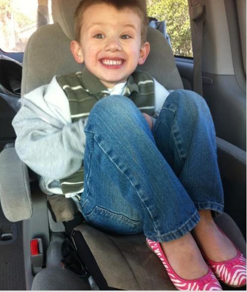 Niño con zapatos de niña causa furor en redes sociales