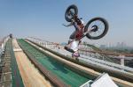 Extremo: Domina moto sobre montaña rusa de Chapultepec