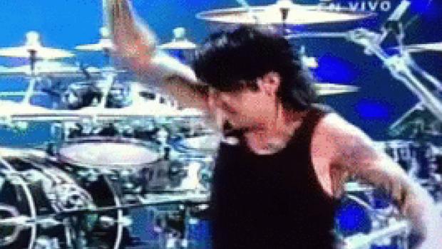 Tras festejar triunfo en Viña del Mar, baterista de Maná cae en el escenario