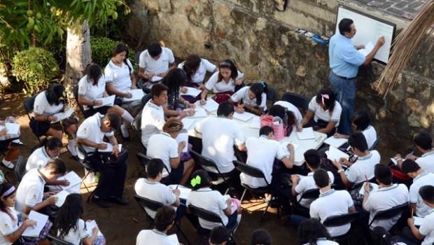 Violencia obliga a maestros a impartir clases en calles de Acapulco