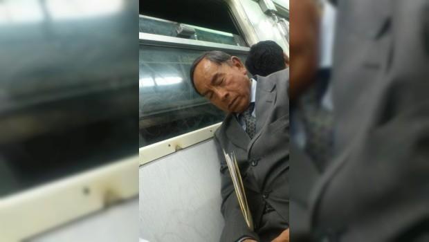 FOTO: Sorprenden a Benito Juárez viajando en el Metro de la Ciudad de México
