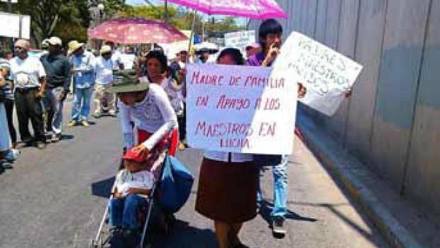 Maestros de la Ceteg, familias, normalistas y organizaciones inician marcha en Chilpancingo