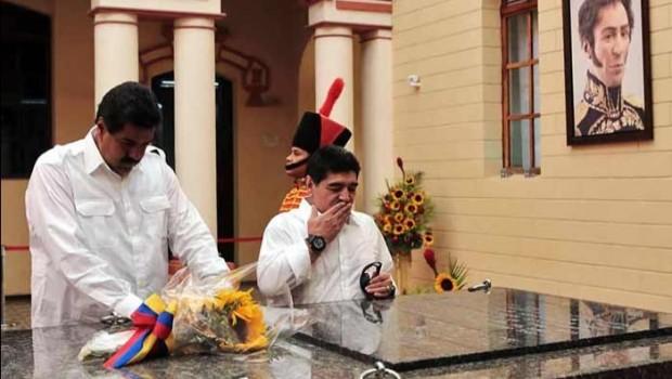 Maradona visita tumba de Hugo Chávez