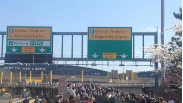 Evacuan aeropuerto de LaGuardia en Nueva York por