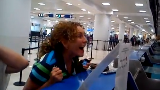 VIDEO: Otra vez VivaAerobus; senadora del PRD llega tarde a su vuelo y pelea con empleados