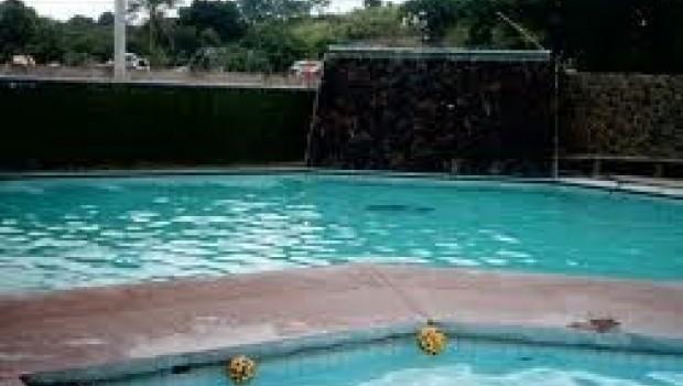 Muere menor de seis años; no sabía nadar y lo dejaron meterse a alberca de 1.90 metros