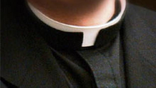 VIDEO: Cachan a sacerdote masturbándose en plena misa
