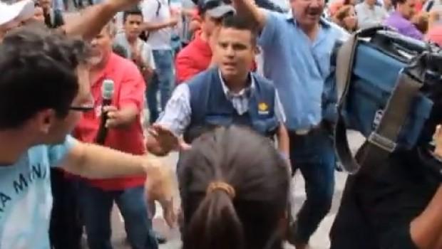 VIDEO: Por inventar cifras, maestros de Guadalajara corren a reporteros de Televisa