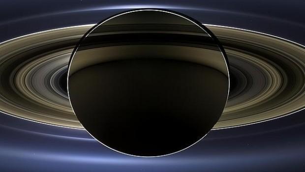 Le toman foto a la Tierra desde Saturno; no se ve nada