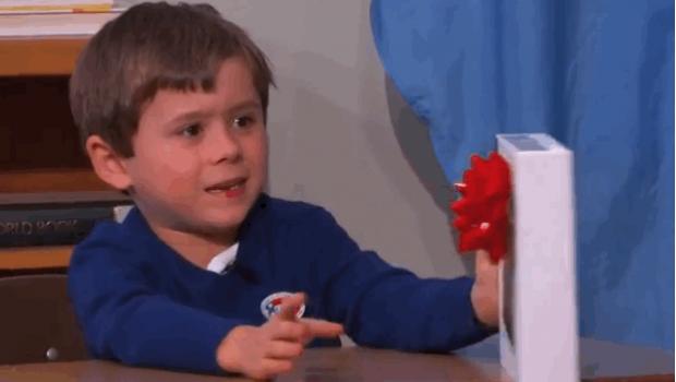Niño genio rechaza tablet de regalo