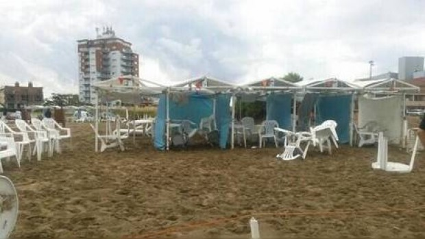 Mueren tres turistas de balneario al caerles un rayo
