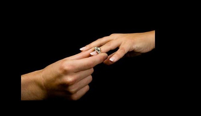 en qu mano va el anillo de compromiso depende del pa s