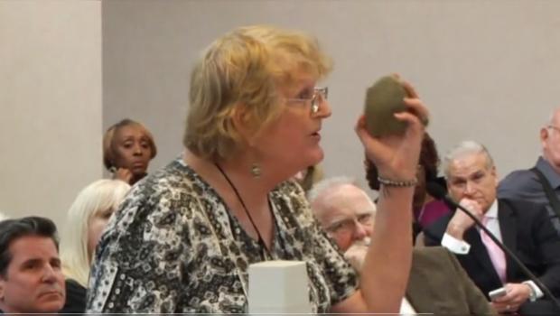 VIDEO: Mujer transexual pide a consejal de Luisina que le