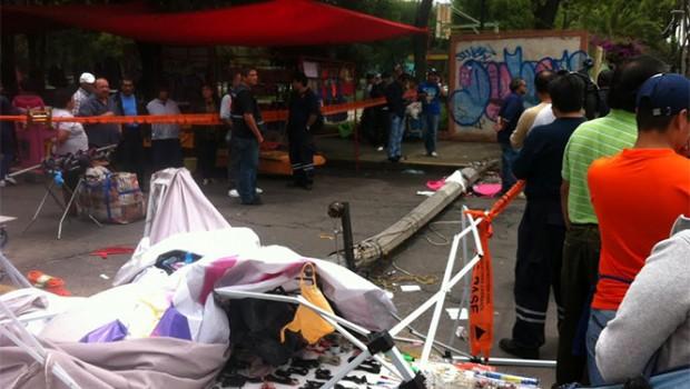 Cae un poste de luz en Venustiano Carranza y lesiona a 5 peatones