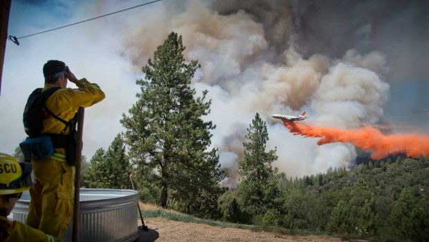 Incendio forestal en California arrasa con 10 viviendas