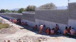 Trabajadores de la obra del bardeado perimetral durante un paro de labores.