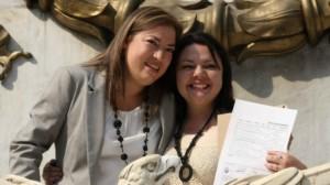 Pareja de mujeres casadas en el DF, única entidad de México que tiene Matrimonio Igualitario