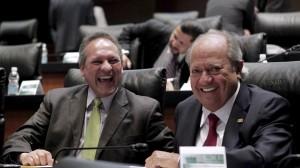 Los senadores priistas Gerardo Sánchez García y Carlos Romero Deschamps, sonríen a la cámara durante en la sesión de la Cámara Alta.