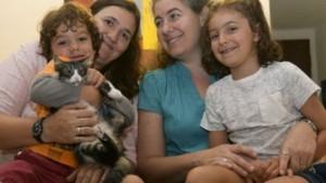 Ana Leiderman, Verónica Botero y sus dos hijos: Ari, de 4 años, y Raquel, de 6.
