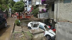 El desbordamiento dejó un saldo de 12 viviendas afectadas y 40 vehículos dañados. Foto/Cuartoscuro