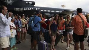 De los turistas, unos son llevados a Tijuana, otros a Hermosillo y otro tanto, al Puerto de Mazatlán. Foto/Cuartoscuro
