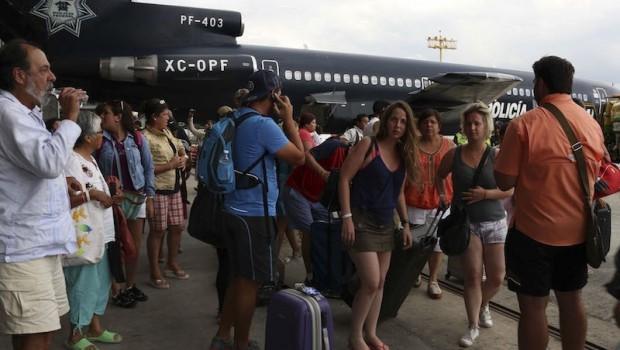 Son evacuados de Baja California Sur unos 24 mil extranjeros: Segob