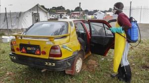 (EFE) Descontaminación de transporte para enfermos de ébola