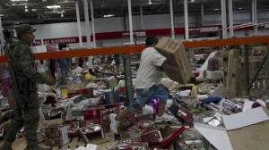 Ni 8 horas habían pasado del huracán, cuando la gente ya entraba a las tiendas de autoservicio para saquear. Foto/Cuartoscuro