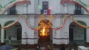 Los pobladores hicieron pintas, lanzaron piedras contra el Palacio Municipal y quemaron un vehículo oficial. Foto/Especial