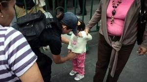 Se hizo una la revisión exhaustiva, incluso a niños en las inmediaciones del Zócalo capitalino el pasado 15 de septiembre. Foto/Especial