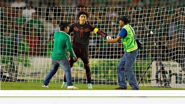 Guillermo Ochoa&nbsp;<span>impidi&oacute; que las seguridad del estadio Victor Manuel Reyna sacara a sus seguidores con excesiva violencia.</span>