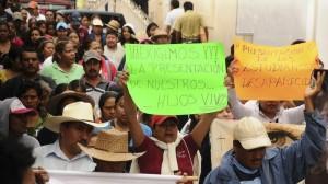Marcha en Tixtla por normalistas. Este fin de semana nuevamente salieron a protestar a las calles para exigir la presentación con vida de los 43 estudiantes de Ayotzinapa. Foto/Cuartoscuro