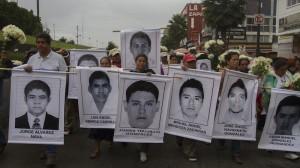 Ayer familiares, amigos y sociedad en general caminaron hacia la Basílica de Guadalupe para pedir por los jóvenes. Foto: Iván Stephens/Cuartoscuro