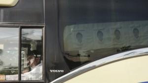 En autobuses llegaron los padres de los normalistas hasta el aeropuerto de Acapulco, donde se llevó a cabo la reunión. Foto/Cuartoscuro