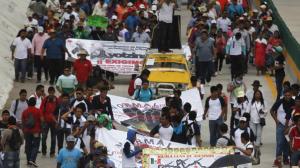 En algunas ciudades salieron a marchar desde temprano en demanda de la presentación con vida de los 43 normalistas. Foto/Especial