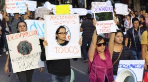 Alrededor de las 18:15 horas comenzaron a marchar en la capital por Ayotzinapa. Foto: Moisés Pablo/Cuartoscuro