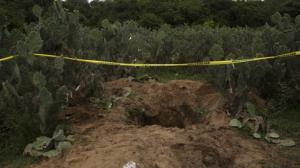 Unas de las 35 fosas que se han hallado en Iguala. Foto/Archivo