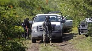 Fuerzas de seguridad restringen el área donde las fosas fueron halladas.