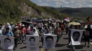 Familiares y normalistas marchan de Tixtla a Chilpancingo, pidiendo la renuncia del Gobernador y exigir el regreso de los estudiantes desaparecidos vivos FOTO: BERNANDINO HERNÁNDEZ /CUARTOSCURO