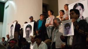 Padres de los normalistas tras la reunión con el presidente Enrique Peña Nieto. Foto/Cuartoscuro