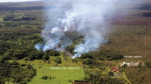 (AFP) En la fotografía se puede apreciar el volcán y algunos sitios en los alrededores que ya han sido alcanzados por el avance del río de lava