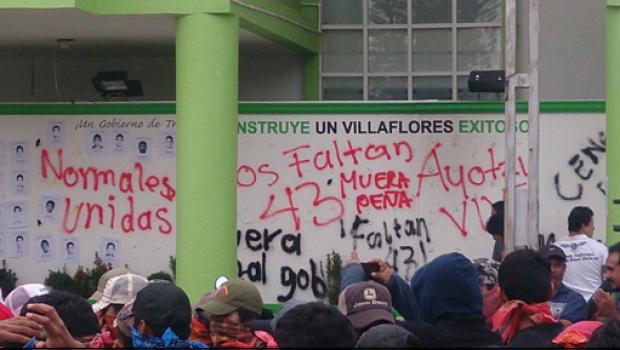 Normalistas de Chiapas causan destrozos en alcaldía de Villaflores