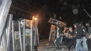 La CNDH reprobó los actos de violencia ocurridos durante la marcha de este jueves por Ayotzinapa. Foto/Cuartoscuro