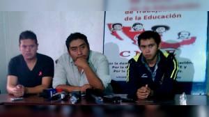 Dante Hernández de la Escuela Normal Rural Raúl Isidro Burgos (centro) Foto: ALEJANDRO PACHECO/SDPNOTICIAS