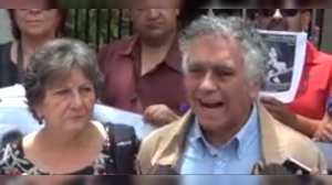 Padres de Laurence Maxwell al exterior de la embajada de México en Chile Foto: Video Youtube Harina Tosta