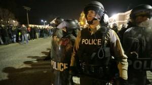 Policías resguardaban a distancia mientras decenas de vehículos permanecían sin ninguna alternativa vial. Foto/AP
