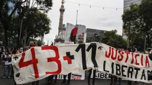 Foto: Jóvenes estudiantes y de organizaciones sociales marcharon del Ángel de la Independencia al Zócalo de la ciudad, en demanda de que sean liberados los 11 detenidos el pasado 20 de noviembre, durante la manifestación por los 43 normalistas desaparecidos de Ayotzinapa.  FOTO: ISAAC ESQUIVEL /CUARTOSCURO