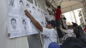 Miembros del Frente Popular Francisco Villa y otras organizaciones civiles clausuraron simbólicamente la Comisión Nacional de Derechos Humanos, como protesta por la falta de apoyo en casos como el de los normalistas desaparecidos en Iguala. Foto: Cuartoscuro