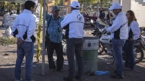 Hipólito Mora con personal de la CNDH, durante los peritajes tras la balacera la tarde del 16 de diciembre en La Ruana. Foto/Cuartoscuro