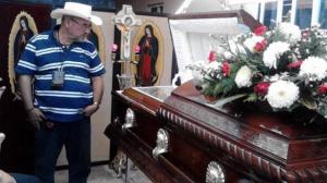 Hipólito Mora frente al féretro de su hijo. Dolor. Foto tomada de Quadratín